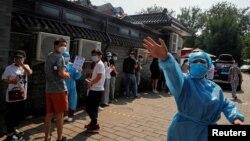 Warga antre di luar tempat tes Covid-19 di Beijing, China, 19 Juni 2020.