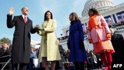 صدر براک اوباما 20 جنوری 2009 کو امریکہ کے 44 ویں صدر کی حیثیت سے اپنے عہدے کا حلف اٹھا رہے ہیں۔ ان کی اہلیہ مشیل اوباما اور دونوں بیٹیاں بھی ان کے ہمراہ موجود ہیں۔ (فائل فوٹو)