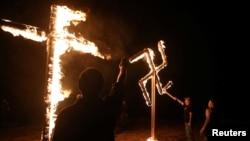 Kelompok Neo Nazi di AS membakar salib dan swastika (lambang Nazi) di Atkins, Arkansas (foto: ilustrasi).