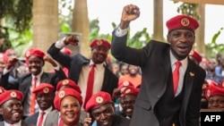 Umunyapolitike utavuga rumwe n'ubutegetsi buriho muri Uganda Robert Kyagulanyi, uzwi nka Bobi Wine, ashagawe n'abamushyigikiye.