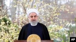 Dalam foto yang dirilis oleh situs resmi kantor Kepresidenan Iran ini, Presiden Hassan Rouhani menyampaikan pesan untuk Tahun Baru Iran, atau Nowruz, di Teheran, 20 Maret 2020. (Foto: AP)