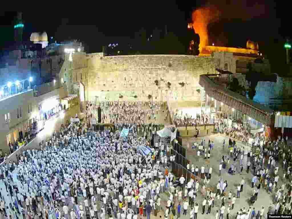 '예루살렘의 날'을 맞은 유대인들이 예루살렘 서쪽 성벽에서 기도하고 있다. '예루살렘의 날'은 이스라엘이 1967년 6일 전쟁 후 당시 팔레스타인 지역이었던 동예루살렘을 점령한 뒤 예루살렘의 통합을 선포한 날이다.