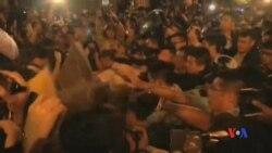 2016-11-06 美國之音視頻新聞: 香港反釋法示威者週日晚與警察在中聯辦外衝突對 峙
