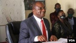 UMnu. Douglas Mwonzora, okhokhela ibandla leMDC-T, ukhuluma lentathelizindaba eHarare, May 4, 2021 (VOA/Columbus Mavhunga)