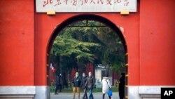 Sekelompok turis asing berjalan di taman umum dekat Kota Terlarang di Beijing, 27 Januari 2020.