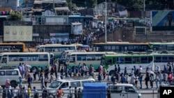 埃塞俄比亞首都的民眾在政府發動空襲後在排隊等車(2020年11月6日)