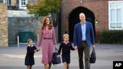 شہزادہ ولیم اپنی اہلیہ اور بچوں کے ہمراہ۔ فائل فوٹو