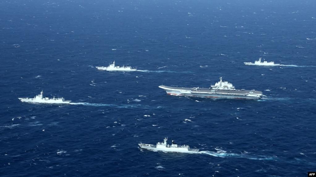 资料照片:在南中国海军事演习中的中国海军航母编队。(2017年1月2日)(photo:VOA)