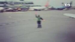 Vừa dẫn đường máy bay vừa nhảy
