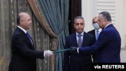 伊拉克總統薩利赫向新獲任的伊拉克總理卡迪米做指示。(2020年4月9日)
