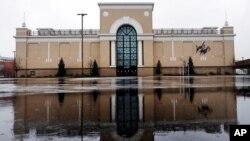 在新罕布什爾州薩勒姆一家因新冠病毒疫情而關門的Lord & Taylor商店前,雨水漸落在空蕩的停車場積水上。(2020年4月3日)