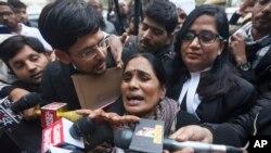 Asha Devi, mãe da vítima fatal do estupro coletivo de 2012 dentro de um autocarro, fala à comunicação social à saída de um tribunal em Nova Deli, Índia, Jan. 7, 2020.