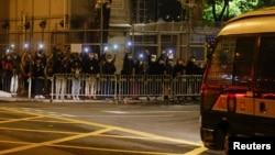 在载有47名香港民主派活动人士的囚车抵达荔枝角收押所时,民主派支持者们高举手机手电声援。(2021年3月4日)