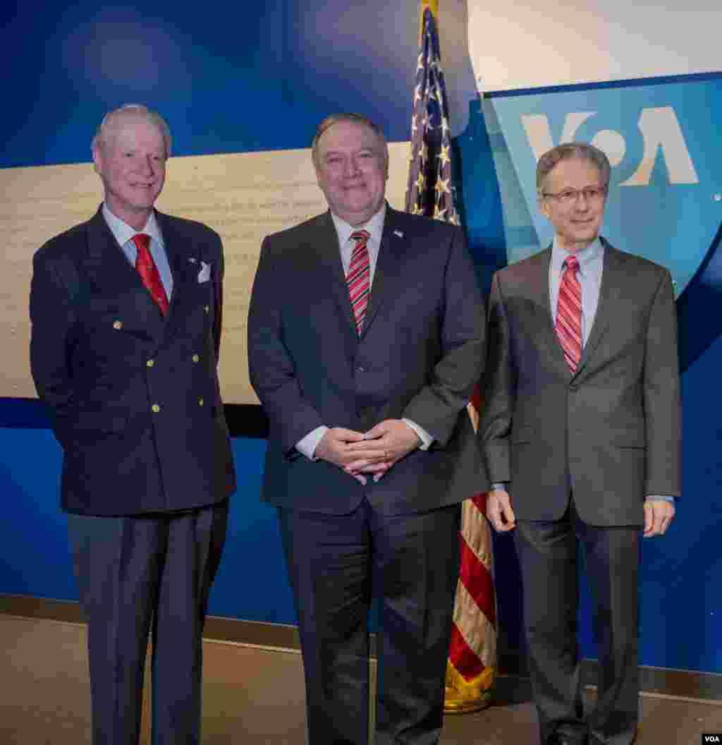 از راست: مایکل پک، رئیس سازمان رسانههای جهانی ایالات متحده، مایک پمپئو وزیر خارجه آمریکا و رابرت رایلی رئیس کل صدای آمریکا