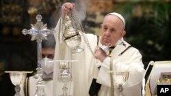 Paus Fransiskus memimpin Misa Krisma di Basilika Santro Petrus, Vatikan, Kamis 1 April 2021. Dalam Misa Krisma, Paus memberkati minyak suci yang digunakan untuk sakramen tahun ini.