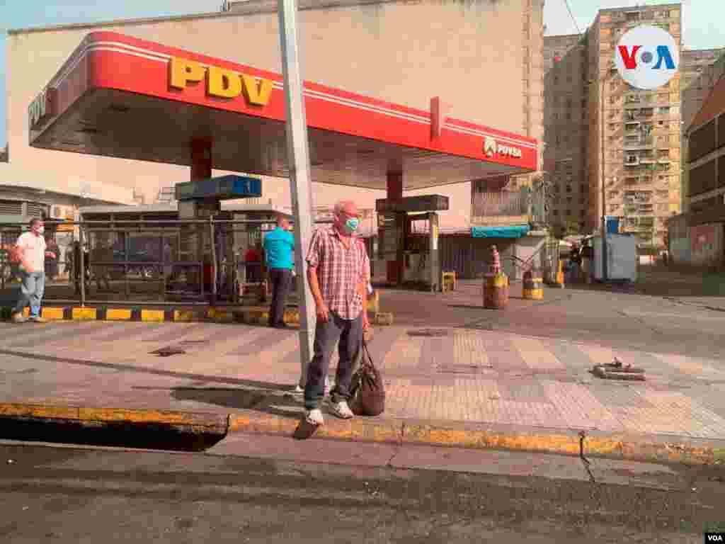 El panorama en Caracas era de largas filas para surtir gasolina. Es el caso de esta gasolinera en el oeste de la capital venezolana, en la que autobuses, que tienen un subsidio del 100% por 90 días, esperaban.