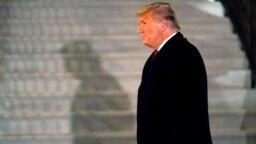 ARHIVA - Predsednik Donald Tramp na južnom travnjaku Bele kuće po povratku sa južne granice SAD (Foto: AP)