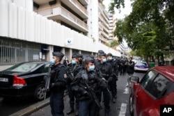 Paris'te Charlie Hebdo dergisinin eski binası yakınlarındaki saldırının ardından polis bölgede devriye geziyor