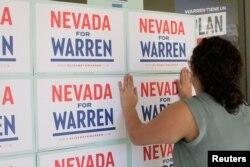 20일 미국 네바다주 라스베이거스의 선거유세장에 미국 민주당 대선 경선 후보인 엘리자베스 워런 상원의원의 지지자가 선전 포스트를 유리창에 붙이고 있다.