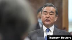 왕이 중국 외교부장이 26일 서울에서 열린 강경화 한국 외교장관과의 회담에서 발언하고 있다.