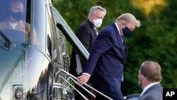 """Presiden AS Donald Trump keluar dari helikopter """"Marine One"""" saat tiba di Rumah Sakit Militer AS Walter Reed di Bethesda, Maryland, Jumat sore (2/10)."""