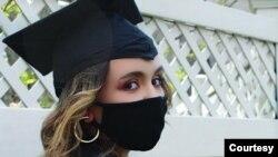 Seorang mahasiswa, Isabella Pelletiere, menggunakan masker dan topi kelulusan sebagai ilustrasi. (Foto: Istimewa / Isabella Pelletiere)