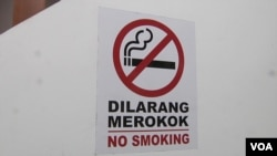 Malaysian eateries are required to display no-smoking signs. (Dave Grunebaum/VOA)
