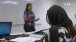 非政府组织帮助低收入移民掌握计算机谋生技能