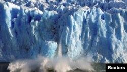 El derretimiento y la fracturación de los glaciales es uno de los indicadores del calentamiento global, afirman los científicos. [Foto de archivo]