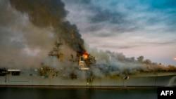 រូបឯកសារ៖ រូបថតចេញផ្សាយដោយយោធាជើងទឹកអាមេរិក កាលពីថ្ងៃទី១៣ ខែកក្កដា ឆ្នាំ២០២០ បង្ហាញឲ្យឃើញអគ្គីភ័យកំពុងឆាបឆេះនាវាចម្បាំងជើងទឹកអាមេរិក USS Bonhomme Richard (LHD 6) នៅមូលដ្ឋានទ័ពជើងទឹក ក្នុងទីក្រុង San Diego រដ្ឋកាលីហ្វ័រញ៉ា។