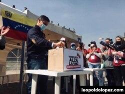 Desde la Plaza de Bolívar, en Bogotá, Leopoldo López participó, el sábado, en la consulta contra el gobierno en disputa de Venezuela. Foto Cortesía leopoldolopez.com