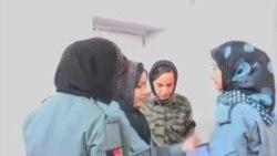 زنان پولیس هنگام تعلیمات نظامی