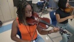 Уроки музики сприяють соціальним змінам у бідних районах американського міста. Відео