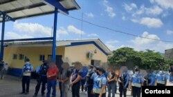 Policía de Honduras presenta a los presuntos traficantes que movilizaban a 150 nicaragüenses rumbo a Estados Unidos. [Foto: cortesía].