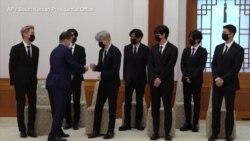 文在寅向韩国乐队组合BTS颁发特使任命书