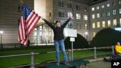 Marrianne Hoenow iz američke države Connecticut proslavlja pobjedu Bidena i Harris ispred američke ambasade u Berlinu, pored Brandenburške kapije, 7. novembra 2020. (Foto: AP)