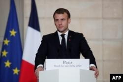 Presiden Prancis Emmanuel Macron menyaksikan konferensi pers dengan Perdana Menteri Belgia setelah pertemuan di Istana Elysee di Paris, pada 1 Desember 2020. (Foto: AFP)