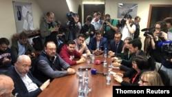 Tokoh-tokoh oposisi Rusia dan kandidat pemilu yang tidak bisa mengikut pemilu menghadiri pertemuan dengan anggota Dewan Kepresidenan untuk Masyarakat Sipil dan HAM menjelang pemilu legislatif di Moscow City, 25 Juli 2019.