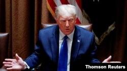El presidente Donald Trump conversa con un grupo de periodistas reunido en la Casa Blanca, el 23 de septiembre de 2020.