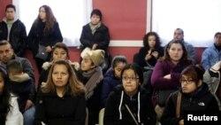 Migrantes, entre ellos menores de edad, asisten en 2014 a un taller de asesoramiento legal en Chicago, Illinois, después de que EE. UU. anunciara que habría más deportaciones hacia países como Honduras, Guatemala y El Salvador.