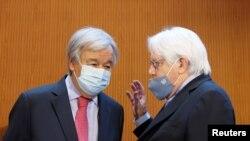 联合国秘书长古特雷斯和联合国主管人道主义事务的副秘书长兼救济协调员格里菲斯在联合国日内瓦举行的会议上进行交谈(2021年9月13日)