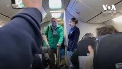 Як Навальний заходив у літак. Відео