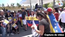 Venezolanos concentrados en las calles de Miami, en EE.UU., con motivo de la concesión del TPS a los venezolanos. [Foto: Captura de video].