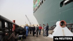 蘇伊士運河管理局主席烏薩馬·拉比耶(Oussama Rabieh)在蘇伊士運河擱淺的大型貨輪附近監測情況。