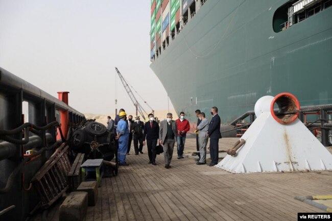 25 Mart 2021 - Süveyş Kanalı İdaresi Başkanı Usame Rabiye, karaya oturan gemi ve civarında incelemeler yaptı.