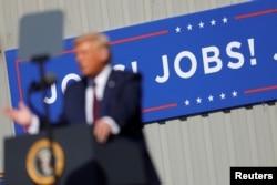 지난 20일 미국 펜실베이니아주 올드포지에서 열린 도널드 트럼프 대통령 선거유세에 'JOBS! JOBS! JOBS!'라는 현수막이 걸려있다.