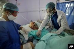 Petugas medis memeriksa pasien Covid-19 yang dirawat di ICU sebuah rumah sakit di Sanaa, Yaman, 14 Juni 2020. (Foto: dok).