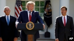 Predsednik SAD Donald Tramp, potpredsednik Majk Pens i sekretar za odbranu Mark Esper na ceremoniji u Ružičnjaku Bele kuće, 29. avgusta 2019. (Foto: AP)