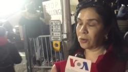 Viajeros llegan al aeropuerto JFK de NYC en medio de protestas