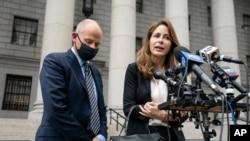 Michael Avenatti (kiri) bersama pengacaranya, Danya Perry (kanan), dalam konferensi pers di Pengadilan Federal Manhattan, Rabu, 8 Juli 2021.